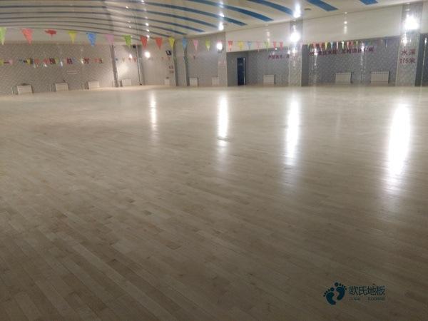 大型篮球场地板怎么安装