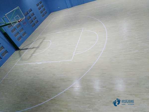 篮球场木地板为什么起拱