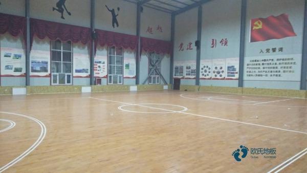 为什么篮球场木地板会有刮痕。
