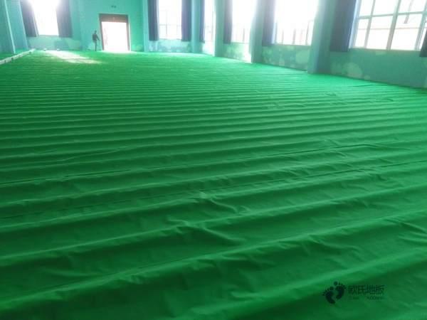 如何减少体育木地板色差