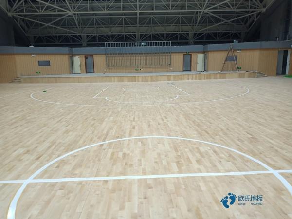 篮球场木地板铺装完了吗