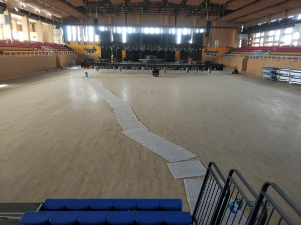 不同季��w育木地板的防滑措施