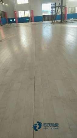 那里有体育运动木地板的生产线