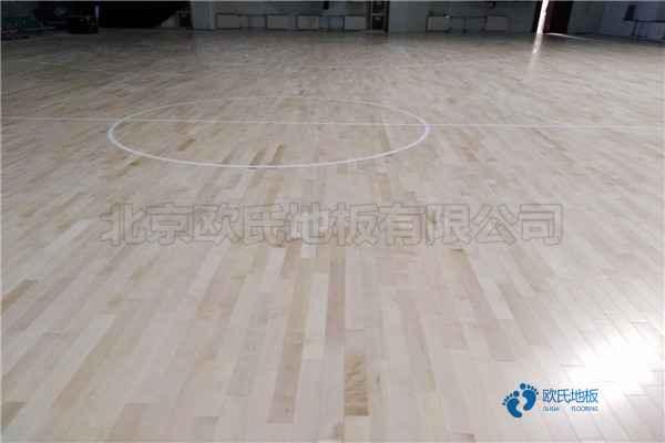 那里有篮球运动木地板抗压