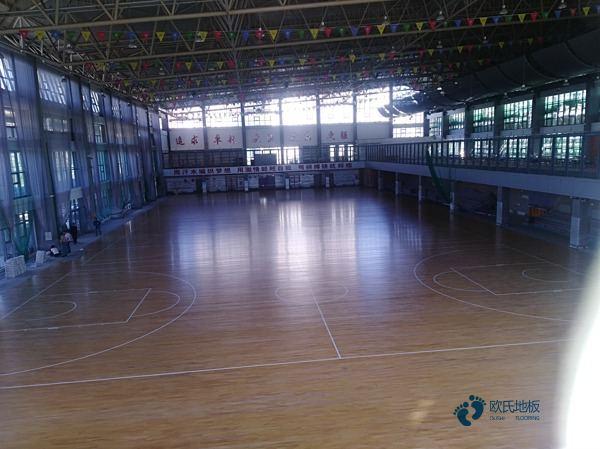 松木体育场地地板保养方法