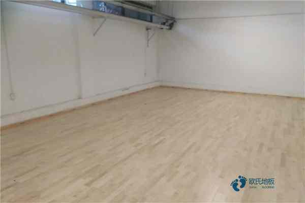 松木篮球场地板安装公司