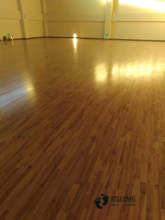 松木篮球场馆地板安装公司