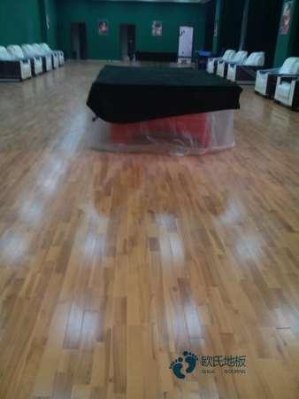 体育篮球木地板刷漆3