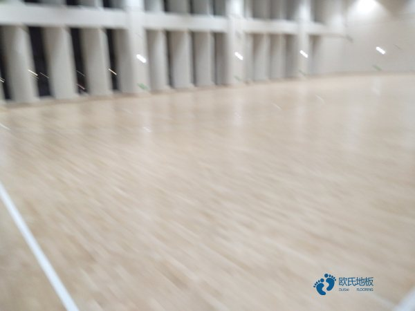 松木运动场地地板保养