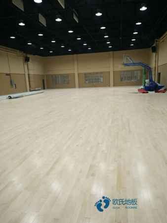 枫桦木运动场木地板安装公司