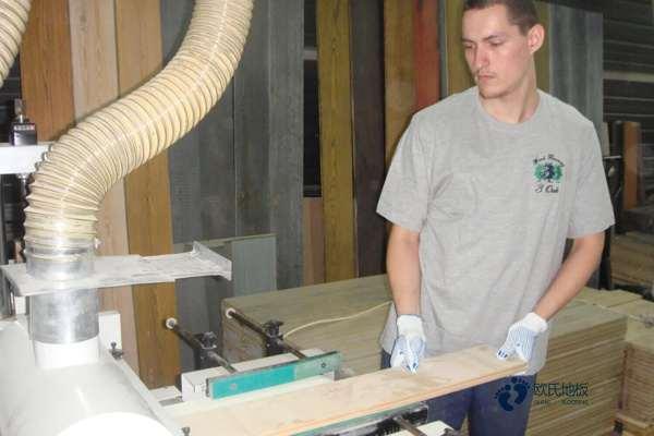 单龙骨体育场木地板维护保养
