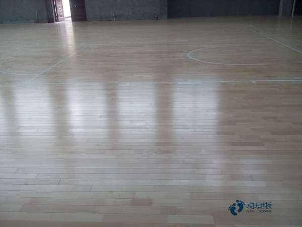 单龙骨体育馆地板清洁保养