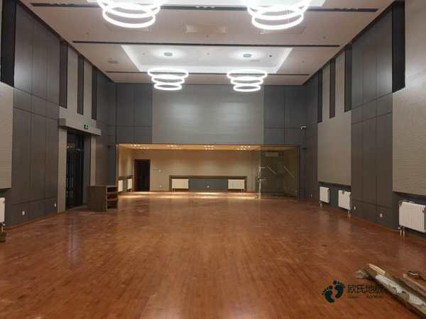 单龙骨体育馆木地板清洁保养