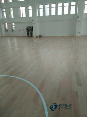 单龙骨篮球体育木地板保养方法