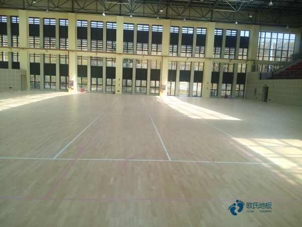 单龙骨篮球体育木地板环保吗
