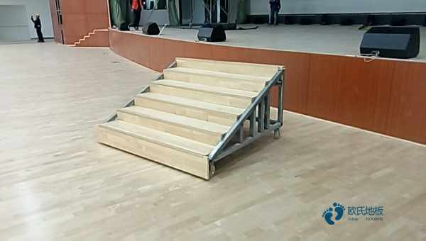 单龙骨运动场地板清洁保养