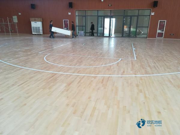 学校篮球场木地板安装