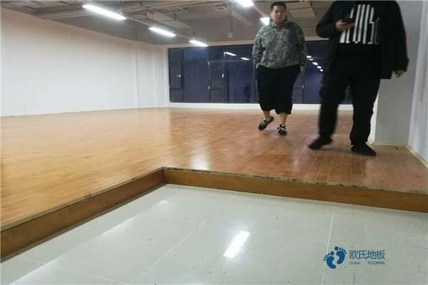 弹性体育场木地板