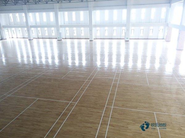 单层龙骨体育场地地板怎样保养