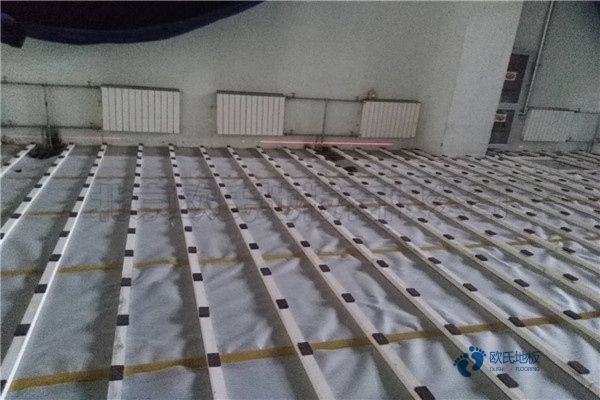 单层龙骨体育木地板如何保洁