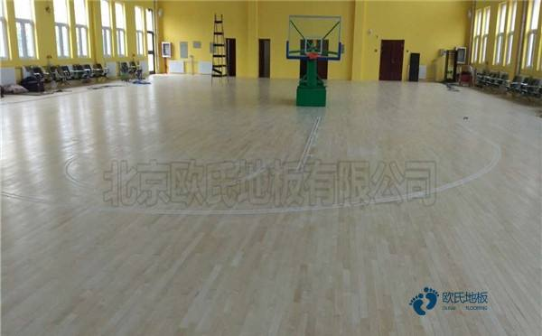 中学篮球运动木地板2